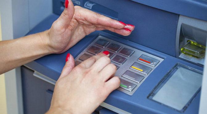 Что делать, если мошенники украли деньги с банковской карты?